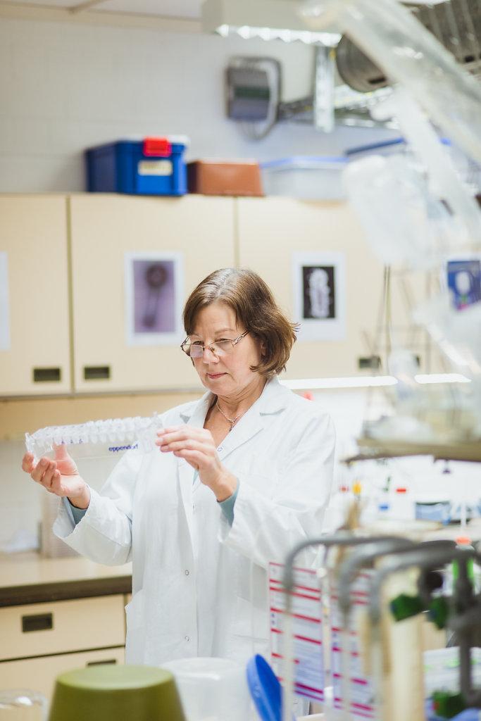 Dr. Christine Rohde, Kuratorin AG Bakteriophagen der Abteilung Bioökonomie & Gesundheit im Leibniz-Institut DSMZ (Deutsche Sammlung von  Mikroorganismen und Zellkulturen) in Braunschweig.