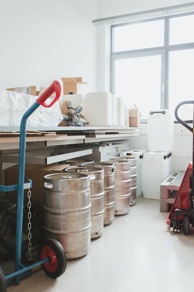 Bierfässer zur Aufbewahrung der Phagenlösungen im Labor von Dr. Hansjörg Lehnherr.